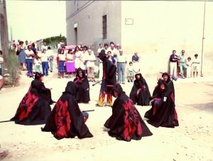 Cercavila de Festa Major de 1981.  Bateig de foc a la cruïlla de l'Avinguda del Centre i el Carrer de Santa Tecla.