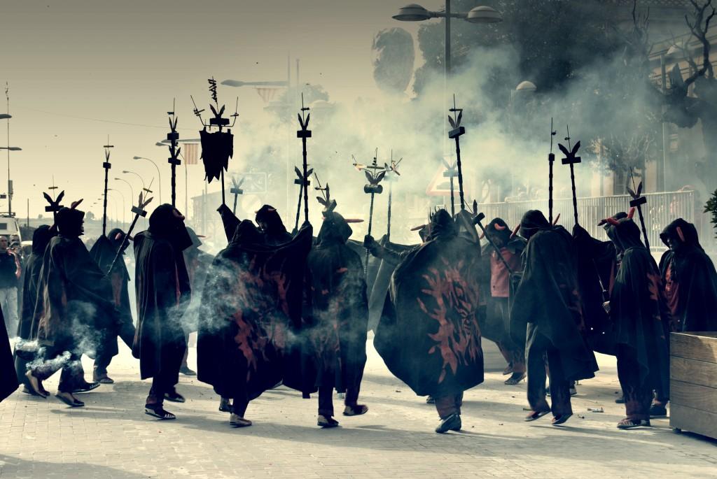 DIABLES Súbdits de Llucifer i representats del foc, la disbauxa i la gatzara, són el gruix més important de la colla, i aquells qui dansaran a tort i a dret amb les seves forques enceses en les cercaviles i correfocs. Acostumen a desplaçar-se en formació, representant les tropes infernals.