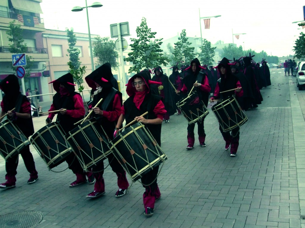 TIMBALERS Responsables de la part musical del ball. El ritme de tabals marca el pas dels diables durant les seves actuacions. Són els intèrprets del ritme propi del ball rapitenc, així com dels diferents tocs que es poden sentir durant la representació de l'Acte Sacramental i després de la recitació de cadascuna de les sàtires.